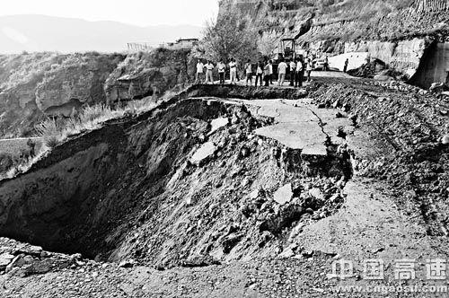 山西:沿黄公路临县段大面积坍塌