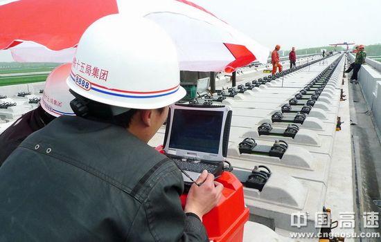 (作业人员用新型高速铁路板式无砟轨道精密测量系统进行无