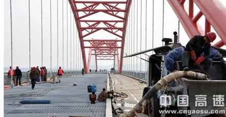 大连长兴岛30万吨级原油码头栈桥钢管砼顺利完工