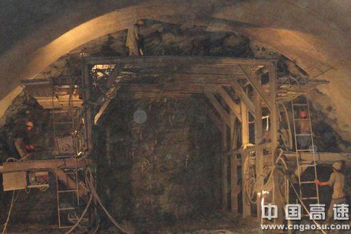 中铁五局贵州工程公司员工夜以继日,在山间隧道中艰难掘进,在沟谷陡坡