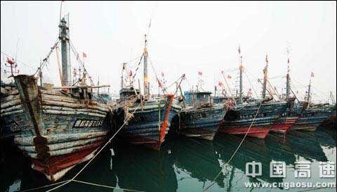 青岛港全面封港,百余船只滞留,烟台至大连航线客运船舶也全部停航.