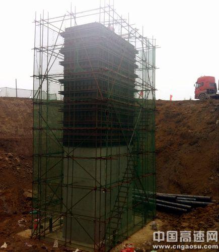 由于主箱梁预应力钢束和钢筋密集,施工预留通道,预埋件等构造复杂