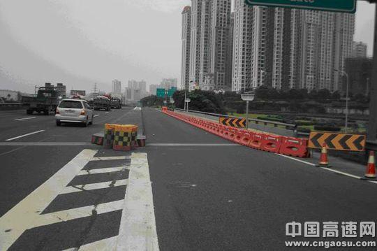 (中国高速网 cngaosu.com 张蓉)讯:5月14日17时,车牌为宁C***11的超高货车在长永高速由东向西行驶至长潭高速牛角冲立交桥(该桥上跨长永高速,桩号K1493+619)下时,货物顶部与桥梁底板发生激烈碰撞,导致该桥第二孔左侧边梁严重受损,造成直接损失60万元以上。   事故发生后,湖南省长潭高速公路管理处立即组织人员迅速赶赴事发现场,经技术人员检测发现,牛角冲立交桥撞击过程中,导致边梁梁底板混凝土剥落,出现1.