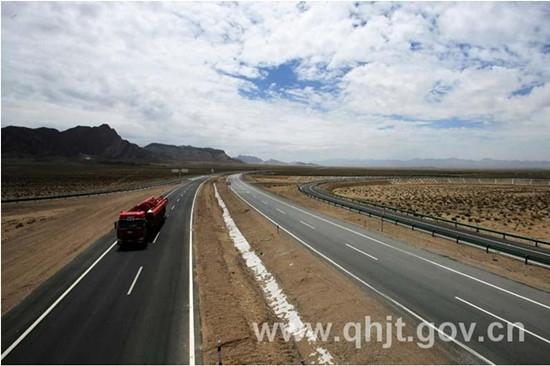 日前,青海西部高速察德、德小、当大、大察四条高速公路相继告捷。四条高速公路交通工程于2011年9月份进场施工,工程实施里程为705公里,主要实施标志标线、隔离防护、通信管道三类项目。    西部高速公路交通工程共投入建设资金4亿余元,完成路面标线78.517万平方米/705公里,交通标志牌1621个,波形护栏613公里,隔离栅1200公里,通信光缆968公里,柱式轮廓标2.