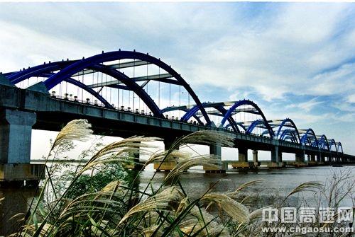 京港澳高速郑州黄河公路大桥 资料图-郑州黄河大桥今起终止收费 车流