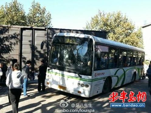 青岛:火车公交相撞 30余乘客受伤_交通安全_中国高速网
