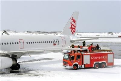2月19日,南京禄口国际机场工作人员在清理飞机上的积雪.新华社发