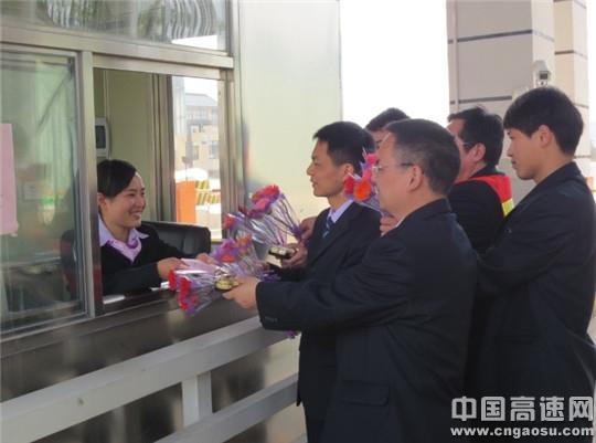 王小科_com 王小科)讯:3月7日,湖南高速岳阳管理处平江收费站的女同胞们都