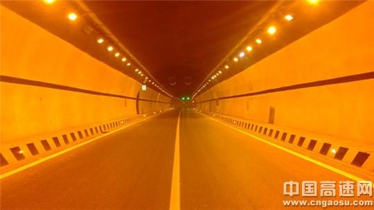 从最早的公路隧道通风,照明,消防及沿线供电系统,到目前的监控,通信