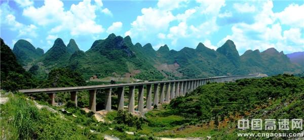 桂林高铁笑美景 疑是瑶池入画来