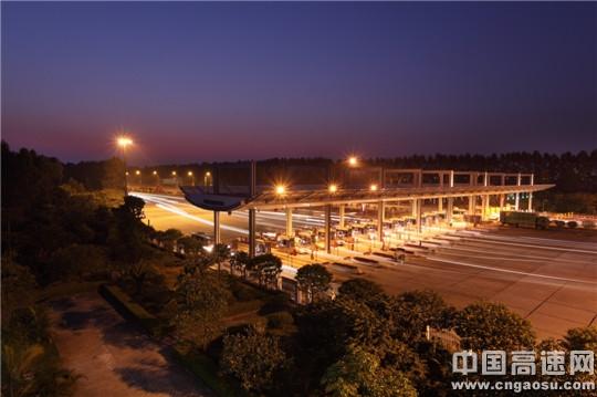 机场收费站夜景 李宇恒摄-文化建设助推企业发展图片